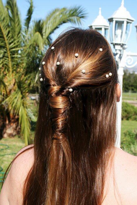 Простые прически - YouTube.  Как плести красивые косы: прическа каре на удлинение с челкой, как заплести косу самой...