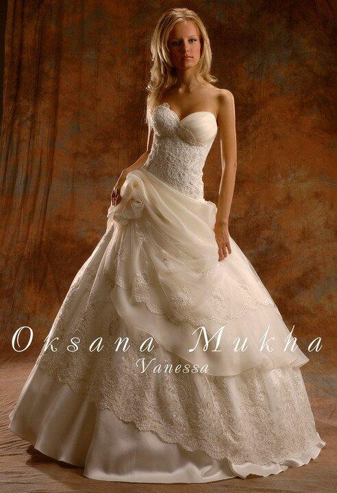 Продается свадебное платье из коллекции Оксаны Мухи- Ванесса.Цвет шампань, корсетная часть и низ платья расшиты