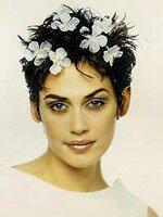 Модная свадебная прическа на короткие волосы с декоративным цветком.